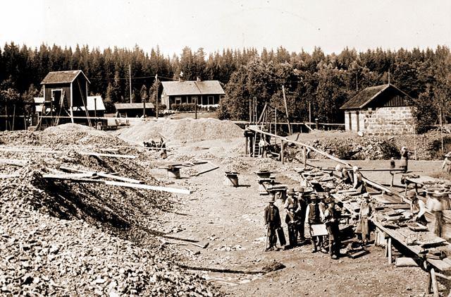 web_Finnmossen malmverkning  i bab stationen 1895.jpg