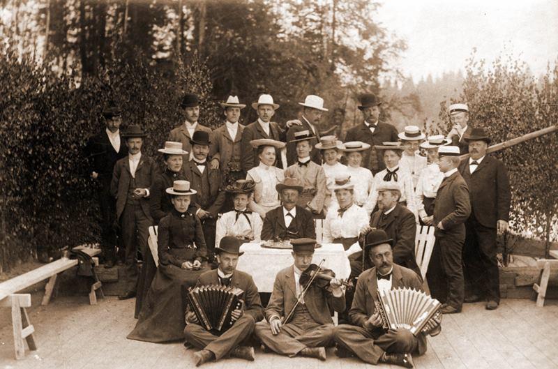 web_Storfors Tjenstemän med damer på utflykt Ynsen 1904 .jpg